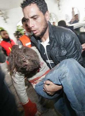 20090116085925-medico-lleva-brazos-nina-palestina-herida-ciudad-gaza.jpg